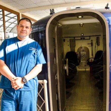 Dr Andrés Llarena a las afueras de la cámara hiperbárica multiplaza de Oxigeno