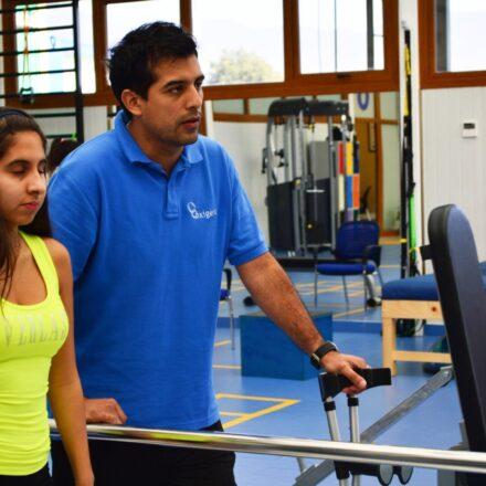 Marcelo Osorio en las instalaciones de Oxígeno enseñando ejercicios de propiocepción a paciente